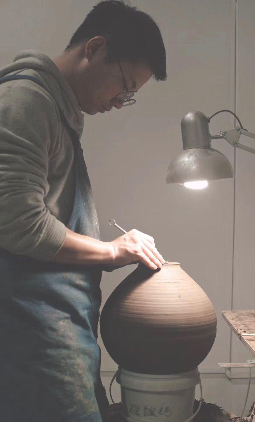 馬欣炜正在做陶艺。 供访者受图。