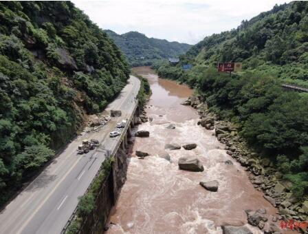 四川宜宾姚家嘴山体崩塌路段还有二次垮塌可能,前往长宁、珙县等地车辆需绕行