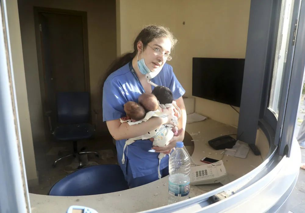 """黎巴嫩爆炸后""""一名护士照料三婴儿""""照片引起轰动:希望之光"""