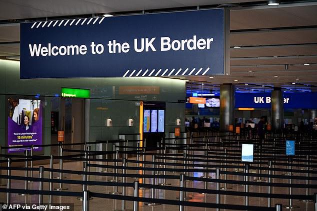 俩香港人真信了 结果跑到英国却被拒绝入境