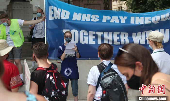 英国数百护士上街游行抗议薪资不公