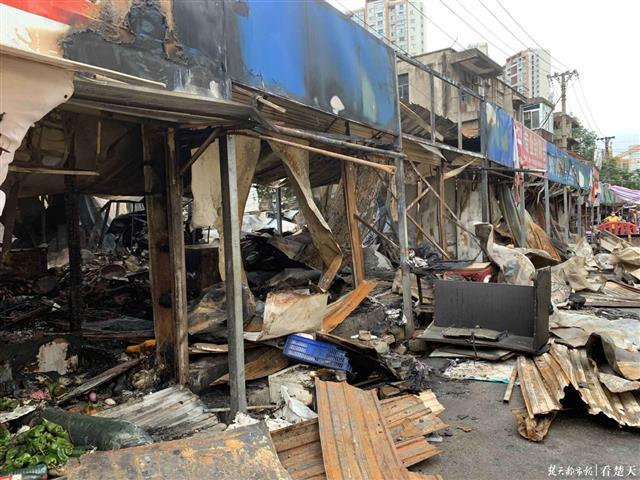 江汉区马场角中路今日凌晨突发火灾,8间门面被烧毁