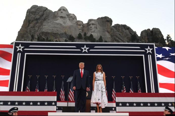 7月3日,特朗普及其夫人梅拉尼娅在拉什莫尔山出席庆祝独立日的活动。