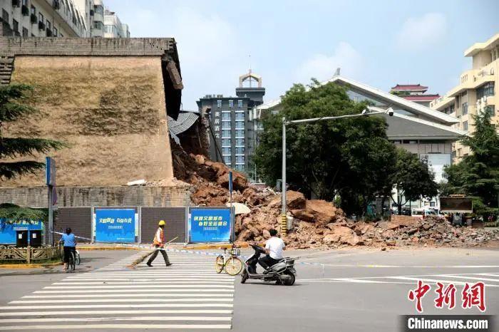 西安明秦王府城墙遗址修复珍爱砌体8日产生坍塌。张远 摄