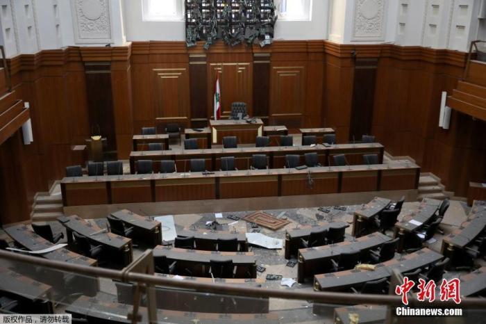 当地时间8月5日,黎巴嫩首都贝鲁特中心区,黎巴嫩议会大厅的地板上碎片散落一地。