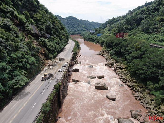 G547国道宜宾姚家嘴路段山体崩塌 前往长宁、珙县等地车辆需绕行