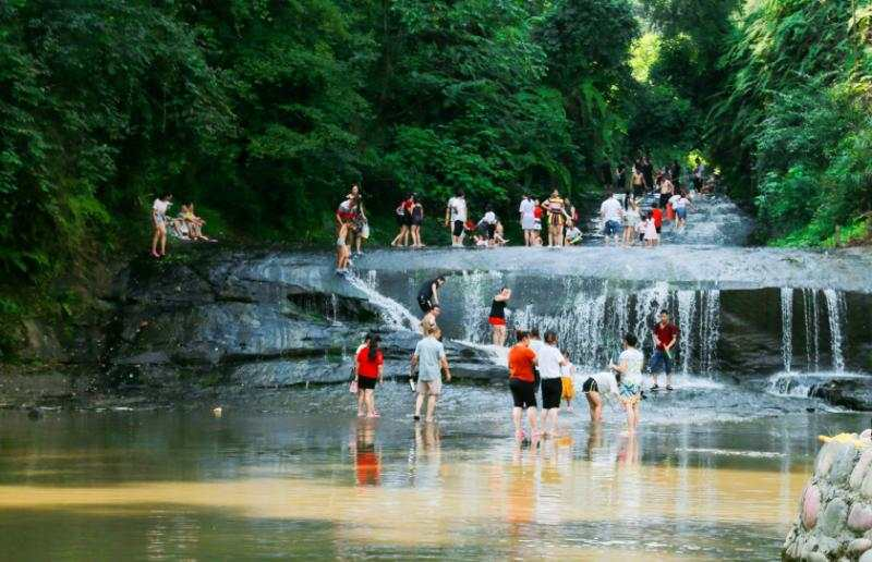 """世界第七大旅游地质奇观上的""""中国最长石板河""""丨寻找成渝文旅新地标"""