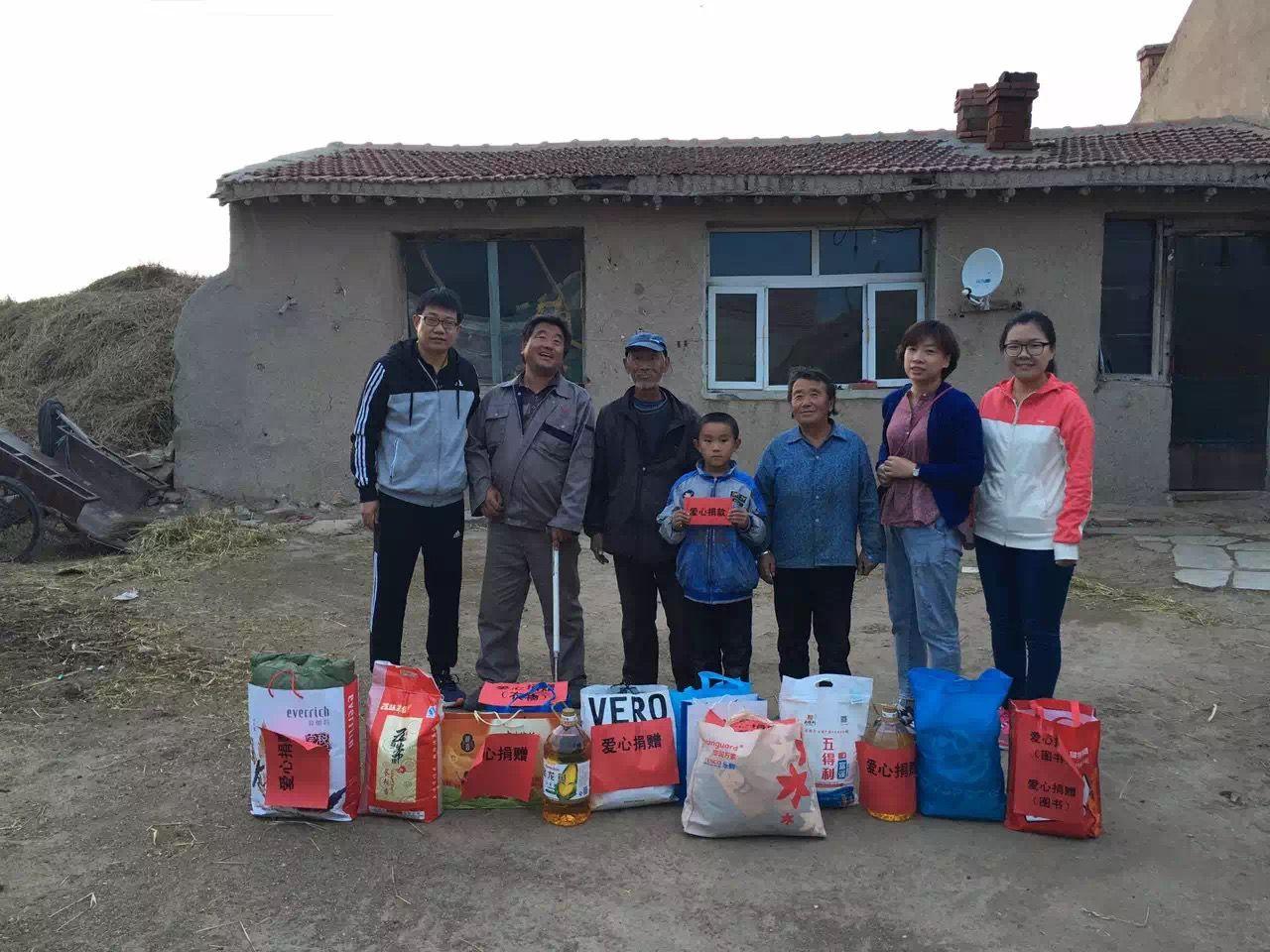 袁景林带着慰问品去孙岩家。受访者供图
