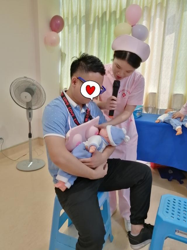 """爸爸也能喂母乳?准父亲体验用""""乳房""""哺乳""""宝宝"""""""