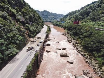G547国道宜宾姚家嘴路段山体崩塌 3人受伤