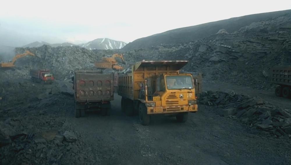 图为聚乎更矿区一井田煤矿非法开采现场。王文志 摄图源:《经济参考报》