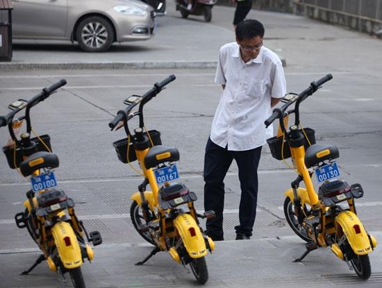 """凭着经济、环保和方便快捷的优势,共享电单车已成为不少人出行生活的一部分,但同时也带来了扰乱交通秩序等一系列问题。""""共享电单车应该如何定义,运营管理应该如何规范""""已成为各界热议的话题。视觉中国供图"""