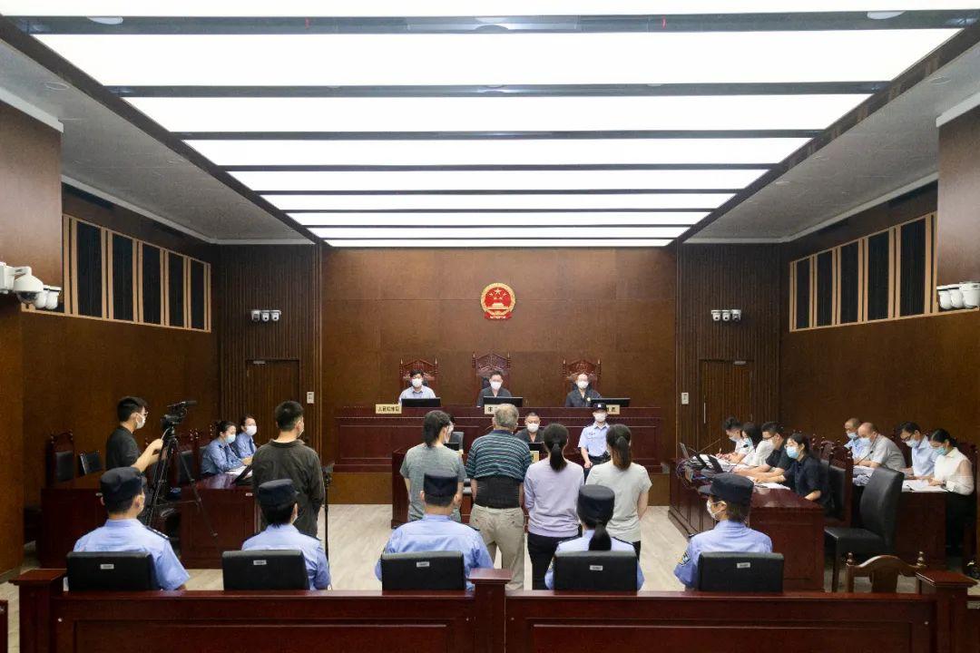 上海一中院一审公开开庭审理被告