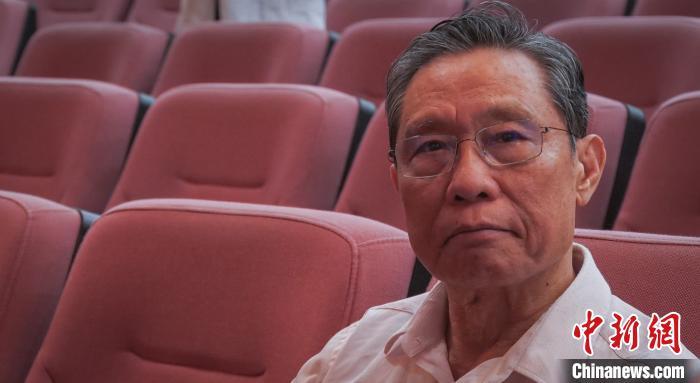 钟南山在广州医科大学附属第一医院举办的庆祝第36个教师节大会上分享教书育人心得。 何俊杰 摄