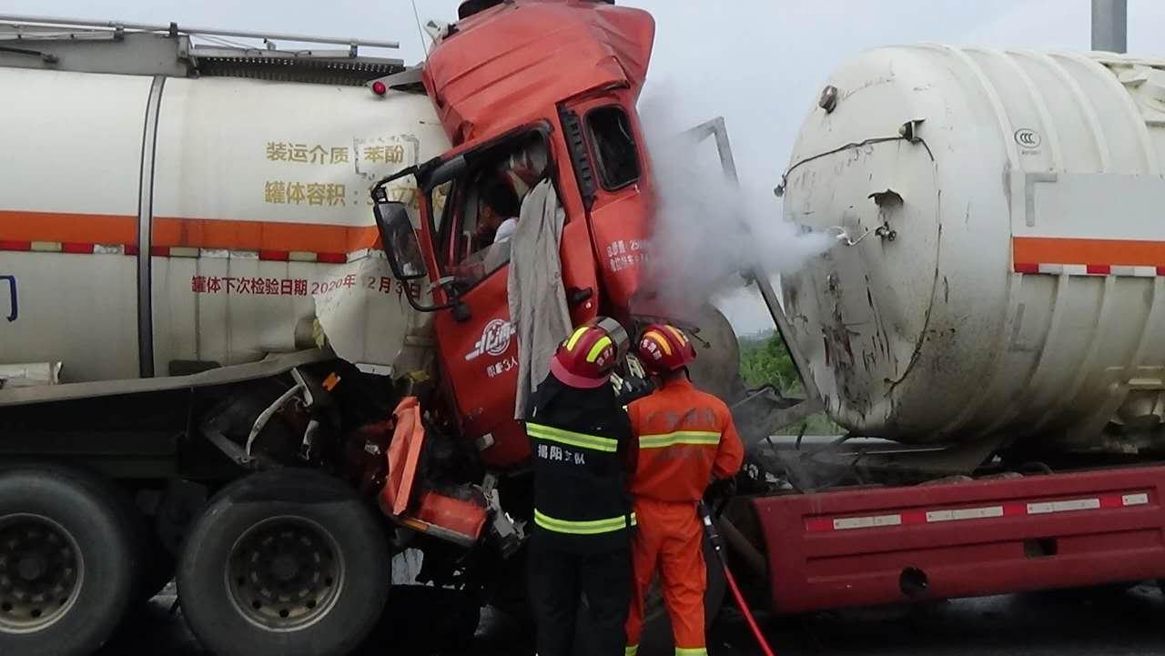 广东揭阳危化品运输车追尾 强腐蚀性苯酚污染地下水图片