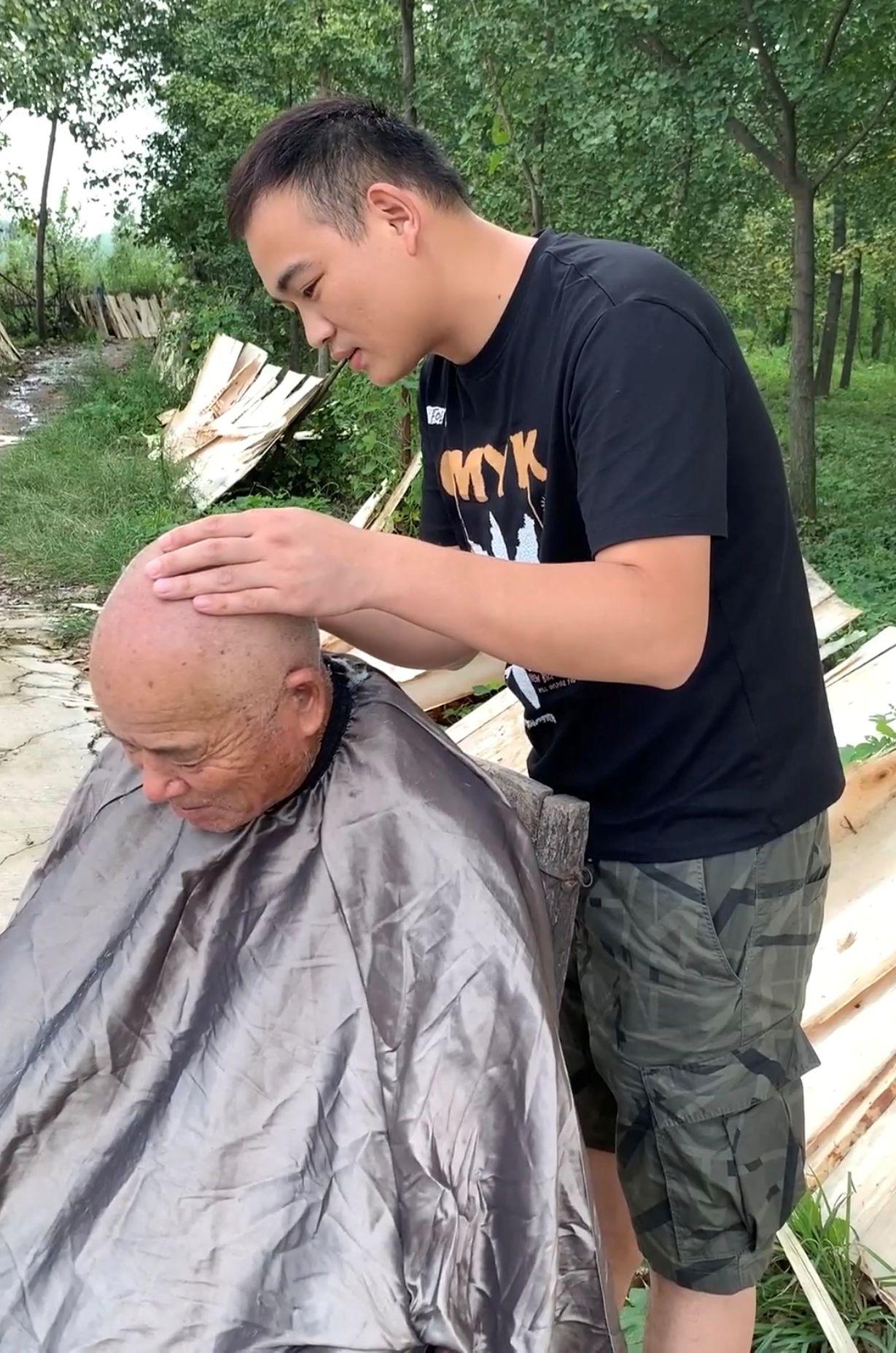 """网红""""大庆"""":5个月跑40多个村免费给300位老人理发拍照图片"""