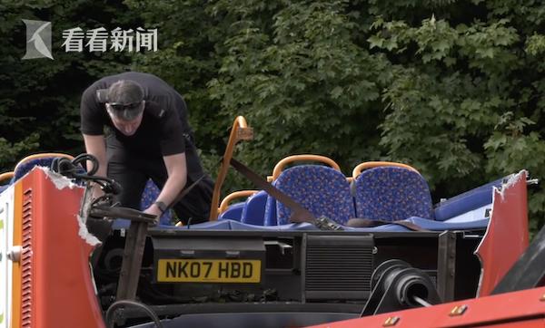 英国校车司机抄近路不顾限高 巴士车顶全被削掉(图)