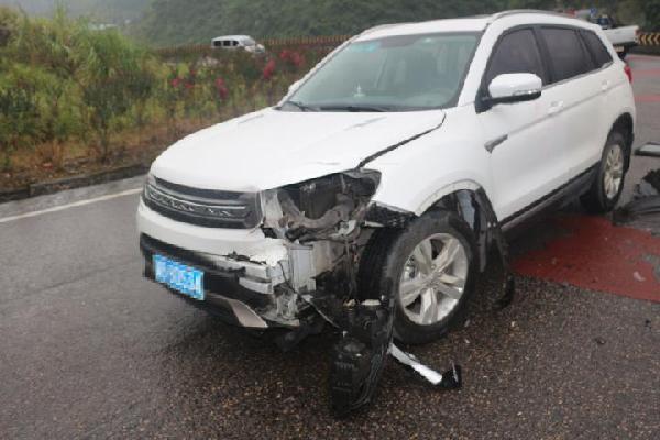 """车撞到三轮车 一半猪肉""""飞""""了"""