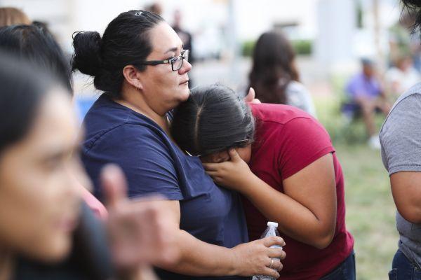 资料图:2019年8月4日,人们在美国得克萨斯州埃尔帕索市参加守夜悼念活动。美国得克萨斯州西部埃尔帕索市8月3日发生一起严重枪击事件,造成22人死亡。新华社
