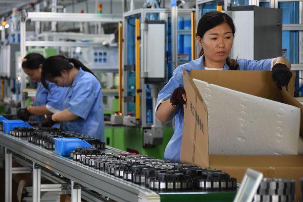 9月3日,在浙江湖州,一家目前产能满负荷运转的电机公司的车间工人正在作业。(郑梦雨 摄)