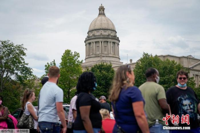 当地时间6月17日,美国肯塔基州国会大楼外,上千名在疫情期间失业的美国民众在此排队等候进入大楼。
