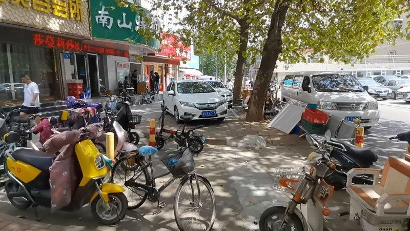 济南路街的桌案放在人行道上 市民:太影