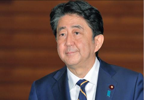 11日,安倍在首相官邸接受采访(朝日新闻)