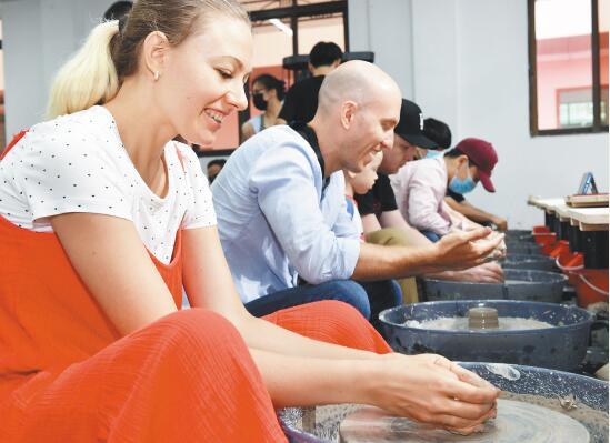 24国国际友人走近越窑青瓷