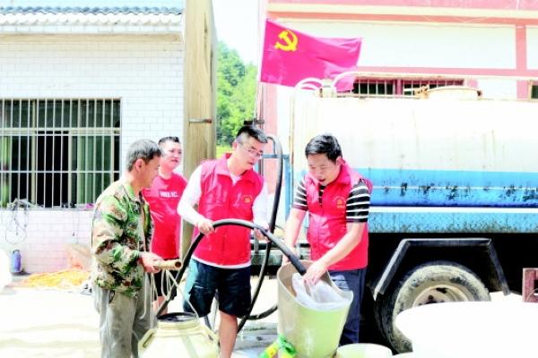 仁怀党员干部送水进农家