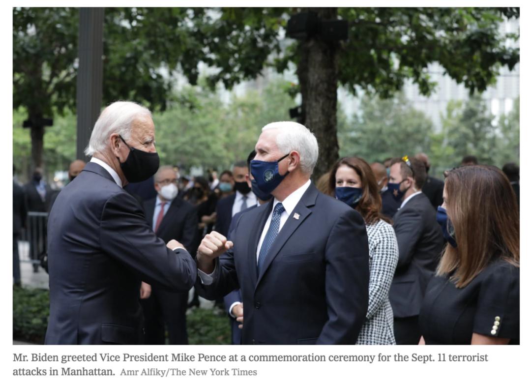 拜登与彭斯互相碰肘问好。/《纽约时报》网站截图