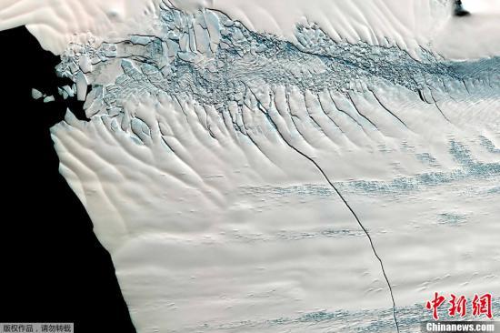 资料图:南极派恩岛冰川出现30公里长的裂缝。
