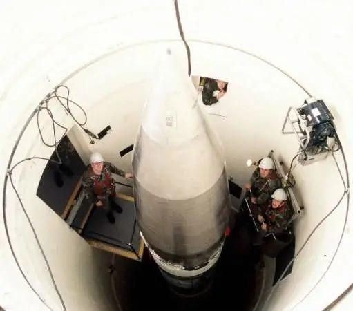民兵的加固发射井,从民兵和人的对比很直观