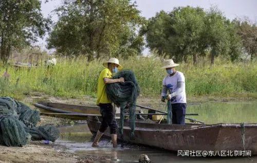 当地渔民正在装运地笼