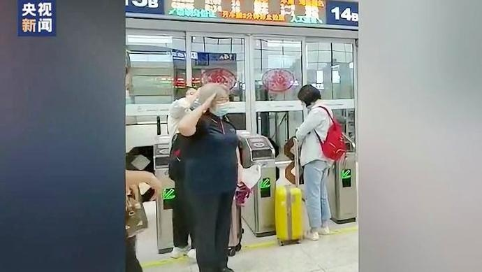 郑州东站退休老教师遭遇新兵 这句话求看