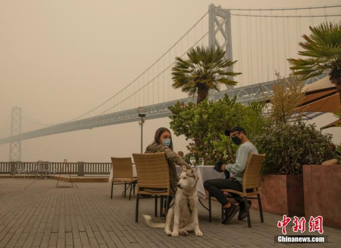 """当地时间9月10日,美国加州旧金山空气质量不佳。当日,旧金山湾区的空气质量进一步恶化,旧金山大部分地区和湾区其他地区的空气质量处于""""不健康""""水平。 中新社记者 刘关关 摄"""