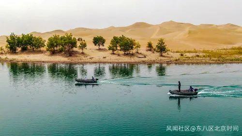 游客驾驶路亚艇前往垂钓水域