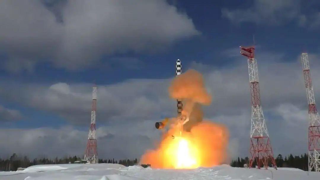 中俄的老井射弹和新井射弹都很大,下一代高超音速弹头,肯定是投掷重量大的液体弹更有载荷上的优势,但在数量上会有劣势