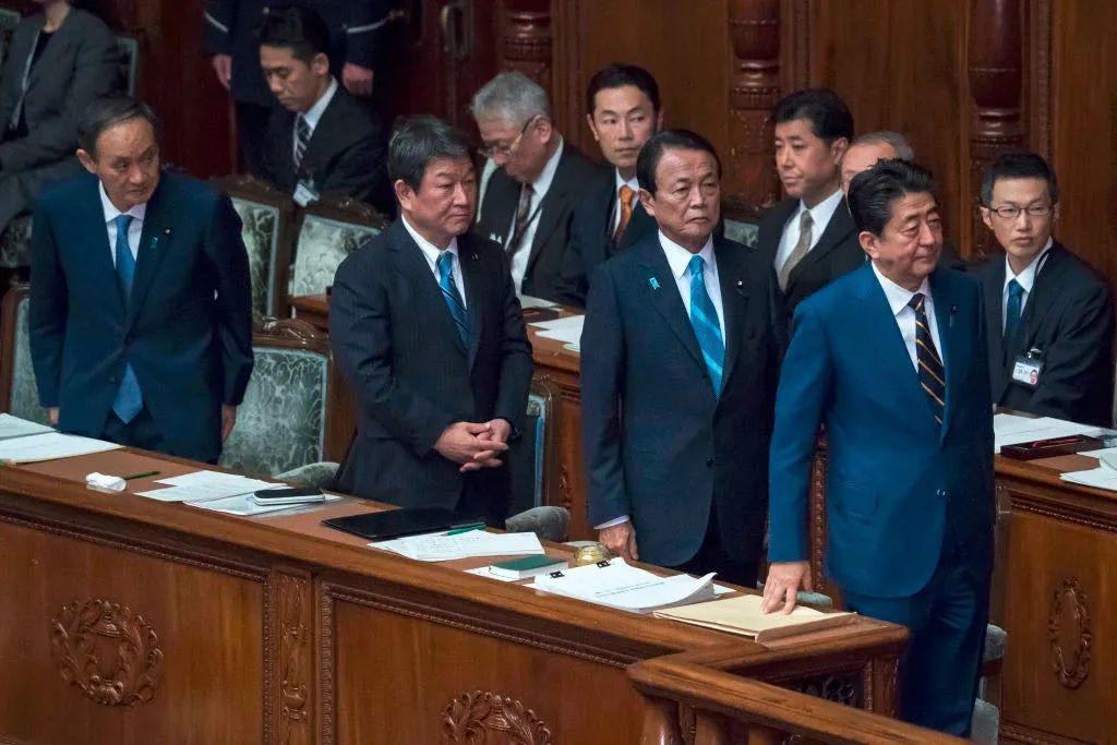 左一为出任内阁官房长官的菅义伟。
