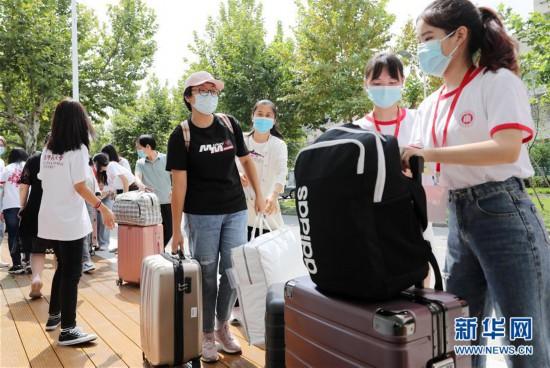 上海:华东师范大学迎接新生报到