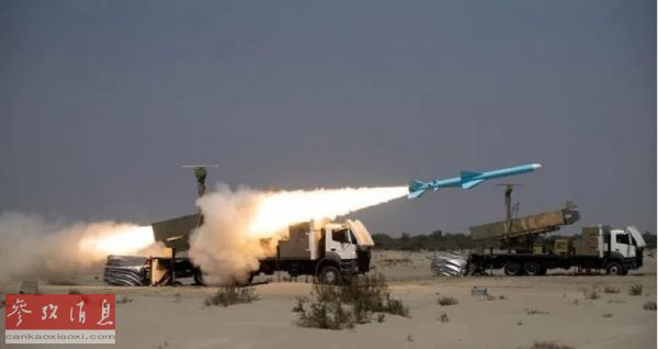 """资料图片:伊朗军队在演习期间发射""""卡德尔""""陆基反舰导弹。(迈赫尔通讯社)"""
