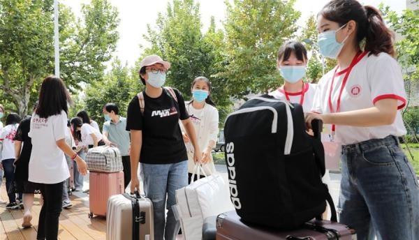 上海:华东师范大学迎接新生报到【组图】