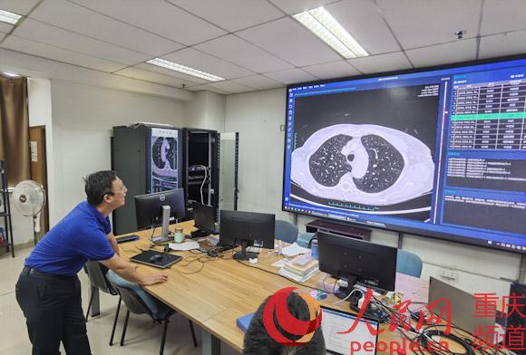系统运行时,屏幕右边会表现结节的位置和情形。罗嘉 摄