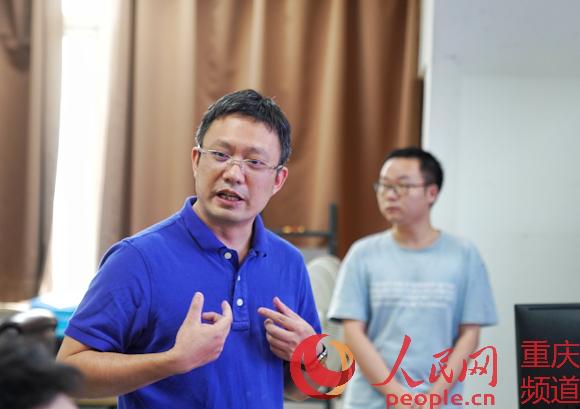 在宏鹏尹向验室实绍者介记。系统该罗嘉 摄。