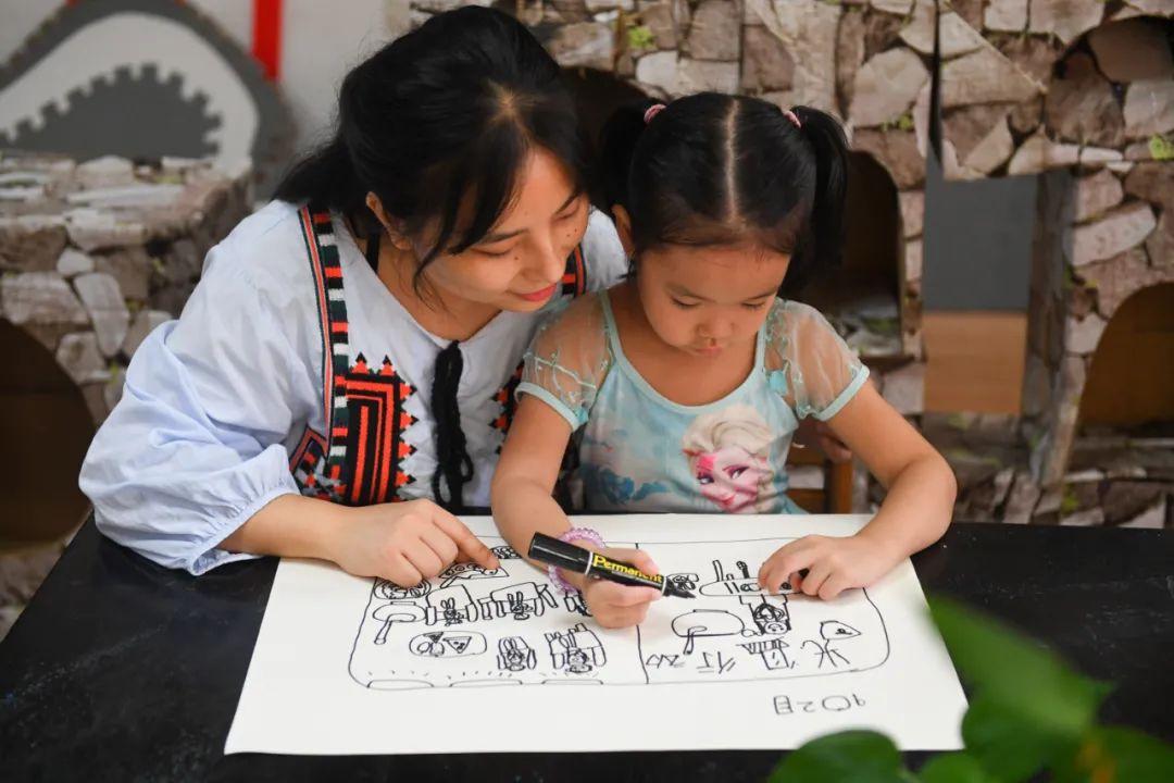在长沙市岳麓幼儿教育集团第二幼儿园,老师指导小朋友进行食谱绘画 陈泽国 摄