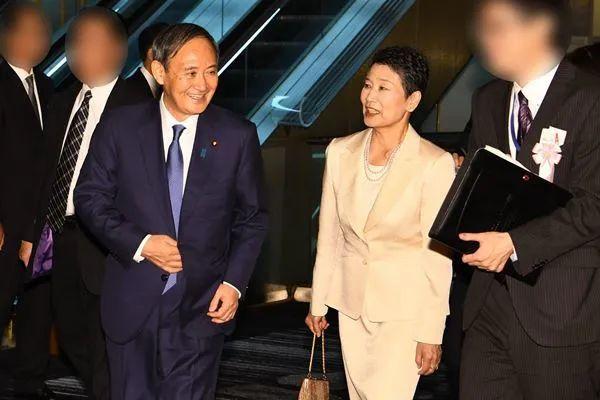 菅义伟(左)和妻子真理子(右)。