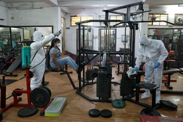 感染人数激增下,印度德里健身房瑜伽馆重新开放