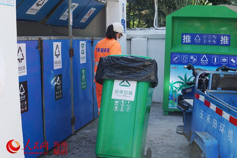 环卫工人将垃圾离开收运。 人民网樊欢迪 摄