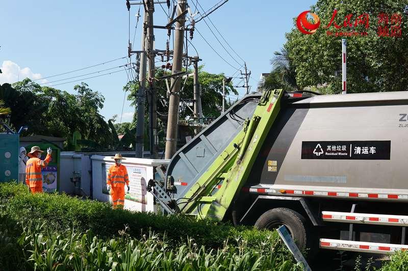 本来的混装垃圾车举行革新后,成为其他垃圾转运专用车。 人民网樊欢迪 摄