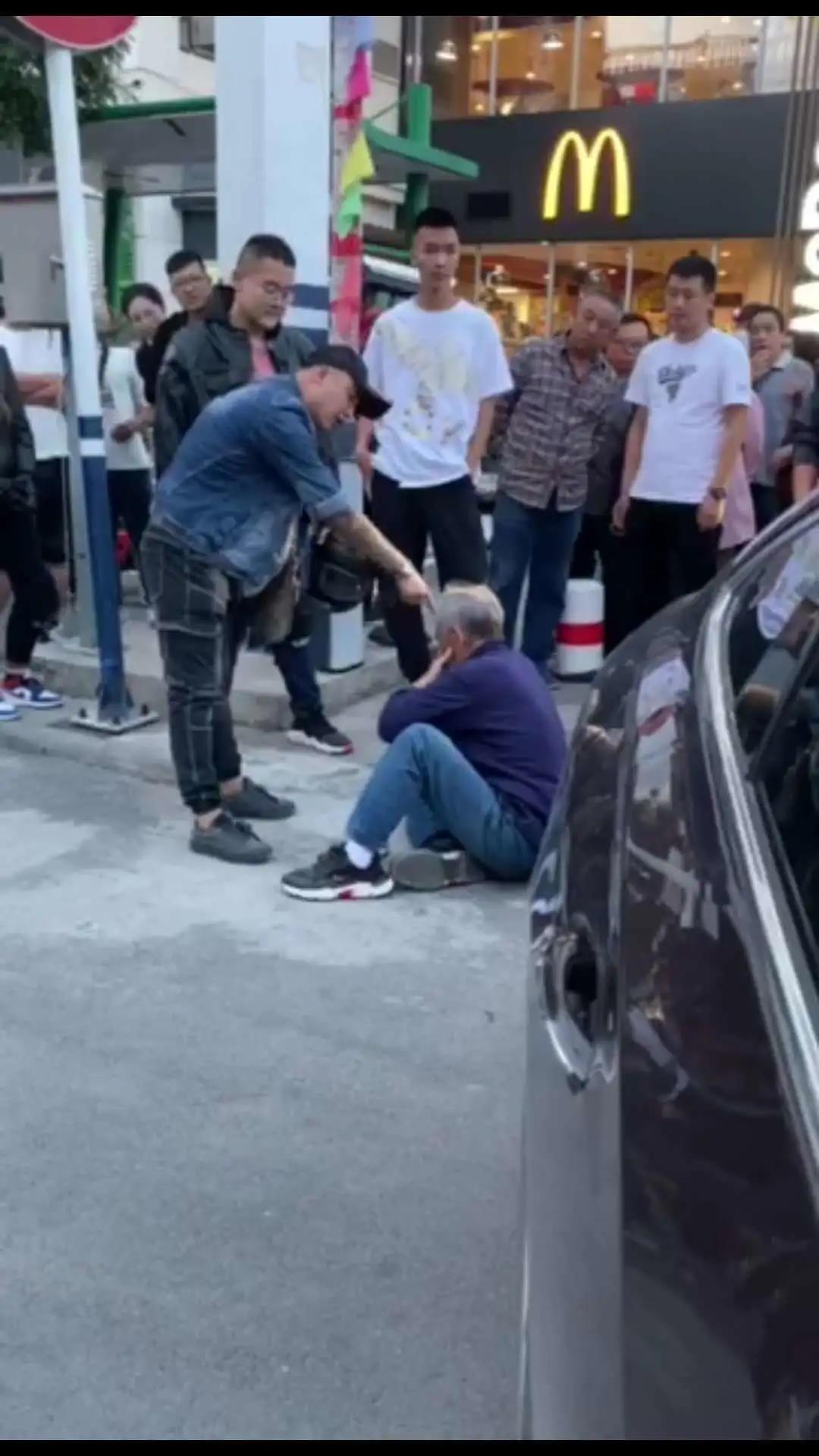 张家口通报男子殴打老人事件:行凶者已被控制图片