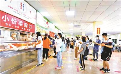 首经贸食堂的小份菜窗口。 本文图片 北京青年报